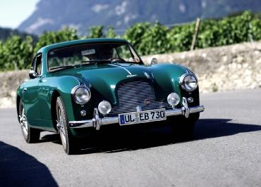 Classic Car Aston Martin DB 2 mit CarSign Kennzeichenhalter in Edelstahl poliert