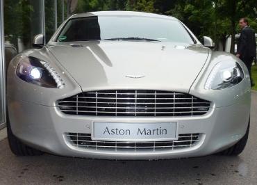 Perfekt lackierter Kennzeichenhalter für Aston Martin in Quantumsilver