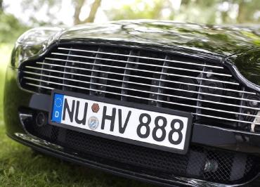 Kennzeichenverstärker von CarSign in Edelstahl schwarz-glanz perfekt vorgebogen