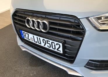 Audi A1 Kennzeichenhalter schwarz-glanz mit Frontbiegung
