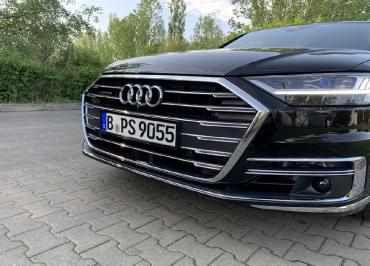 Audi A8 mit Kennzeichenhalter schwarz-glanz Lasergravur
