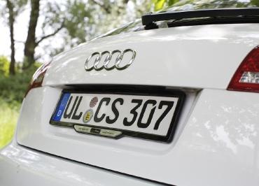 Audi A6 mit Kennzeichenhalter aus Edelstahl lackiert Pianolack schwarz-hochglanz