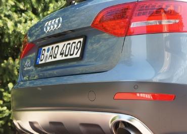 Audi A4 allroad mit CarSign Nummernschildhalter schwarz-matt