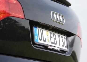 Firmenfuhrpark Audi Q7 mit Kennzeichenhalterung und Inlay