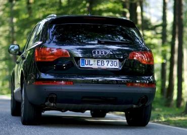 Audi Q7 mit Kennzeichenhalterung Chrom und Firmenfuhrpark Inlay