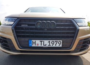 Audi Q7 mit Kennzeichenhalter Edelstahl schwarz-glanz + Lasergravur