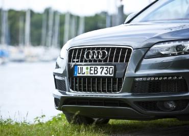 Edelstahl schwarz-glanz Kennzeichenhalter für Audi Q7 Singleframe
