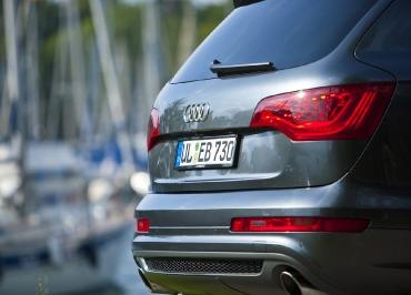 Audi Q7 Kennzeichenhalter aus Edelstahl schwarz-glanz
