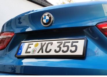 BMW X6 mit Kennzeichenhalter schwarz-glänzend