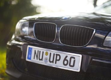 BMW 3er Kennzeichenhalter mit Edelstahl Chrom und Frontbiegung