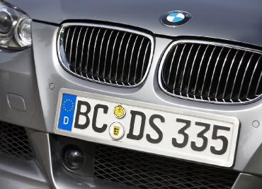 BMW 5er Kennzeichenhalterung in Edelstahl gebuerstet mit Frontbiegung