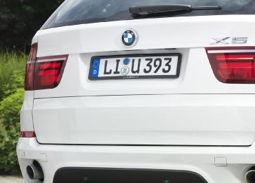 BMW X5 Kennzeichenhalter in Edelstahl schwarz-glanz und Lasergravur