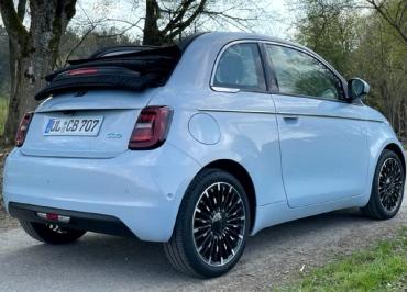Fiat 500C e La Prima mit lackierten Kennzeichenhaltern