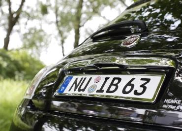 Kennzeichenhalter FIAT 500 mit Edelstahl Chrom und leichte Heckbiegung