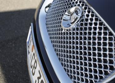 Detail Frontbiegung für Jaguar Kennzeichenhalter Edelstahl verchromt