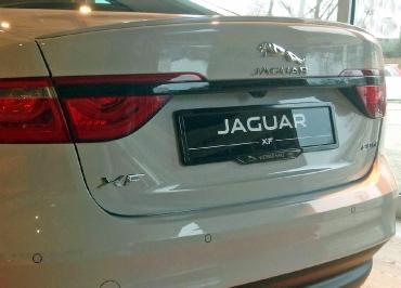 Händlerfoto: Jaguar XF Kennzeichenhalter schwarz glaenzend und Händler-Inlay