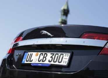 Jaguar Kennzeichenhalter schwarz-glanz und Standard-Inlay