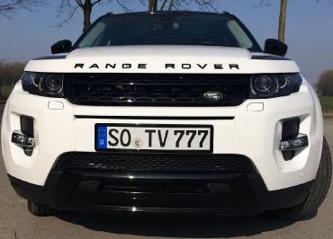 Range Rover Evoque mit Kennzeichenhalter schwarz-glanz und Frontbiegung
