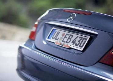 Kennzeichenhalter Mercedes E500 W211 Chrom und Inlay