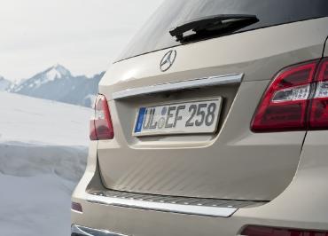 Mercedes M-Klasse mit Kennzeichenhalter Edelstahl lackiert in Wagenfarbe