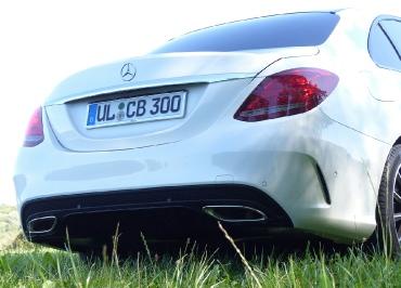 Kennzeichenhalter Mercedes C400 mit Chrom und Lasergravur
