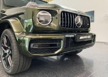 Mercedes G63 mit CarSign Kennzeichenverstärker schwarz-glanz
