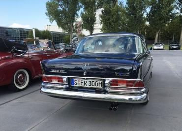 Mercedes 300 SE mit CarSign Kennzeichenhalter Chrom