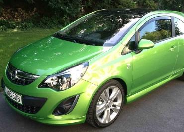 Opel Corsa mit Kennzeichenhalter Front lackiert in Wagenfarbe