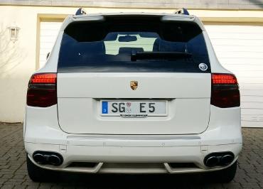 Porsche Cayenne Kennzeichenhalter Edelstahl lackiert in Wagenfarbe und Inlay