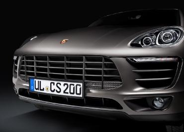 Porsche Macan Kennzeichenhalter Edelstahl schwarz-glanz und Frontbiegung