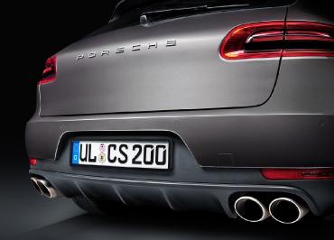 Porsche Macan mit CarSign Kennzeichenhalter Edelstahl schwarz matt