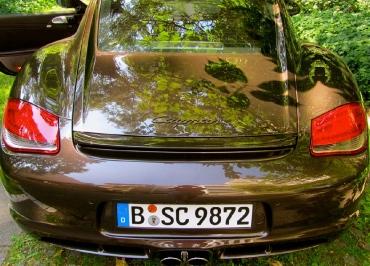 Porsche Cayman mit lackierten Kennzeichenhalter in Wagenfarbe Macadamia