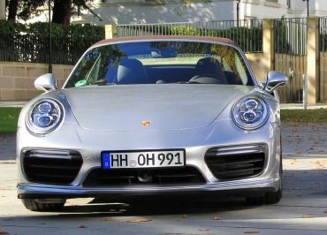 Porsche 911 Turbo S Cabriolet mit Kennzeichenhalter schwarz-glanz