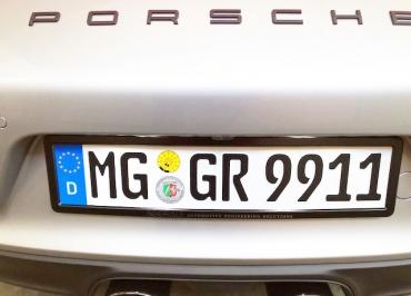 Porsche mit CarSign Kennzeichenhalter schwarz glänzend und Lasergravur