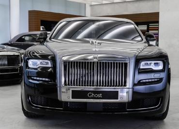 Rolls-Royce Ghost mit CarSign Kennzeichenhalter Chrom mit Frontbiegung