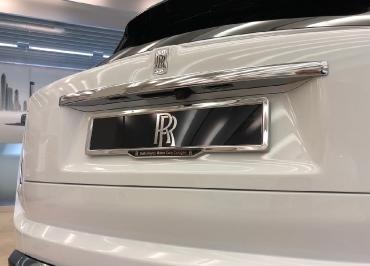 Rolls-Royce Cullinan mit Kennzeichenhalter Edelstahl Chrom