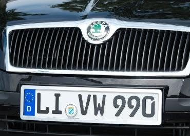 Kennzeichenhalter Skoda mit CarSign Edelstahl Chrom und Frontbiegung