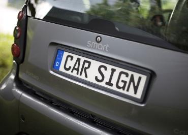 smart fortwo mit CarSign Kennzeichenhalter Edelstahl schwarz-matt