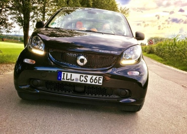 smart fortwo electric mit CarSign Kennzeichenhalter Edelstahl schwarz-glanz
