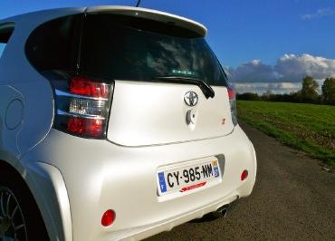 Toyota iQ Kennzeichenhalter in Wagenfarbe lackiert und Inlay