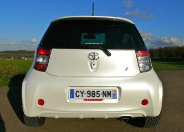 Toyota iQ Kennzeichenhalter in Wagenfarbe lackiert perleffekt und Inlay