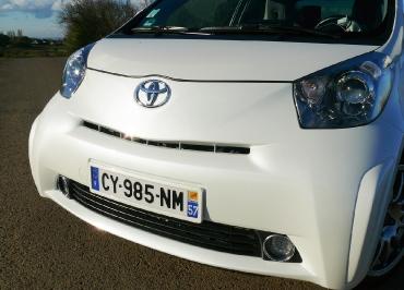 Toyota Kennzeichenhalter in Wagenfarbe lackiert für den iQ