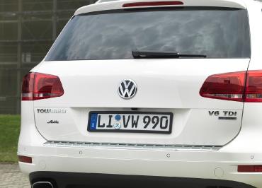 VW Touareg Kennzeichenhalter schwarz-glanz und Heckbiegung